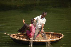 Kinder beim Fischen in den Backwaters