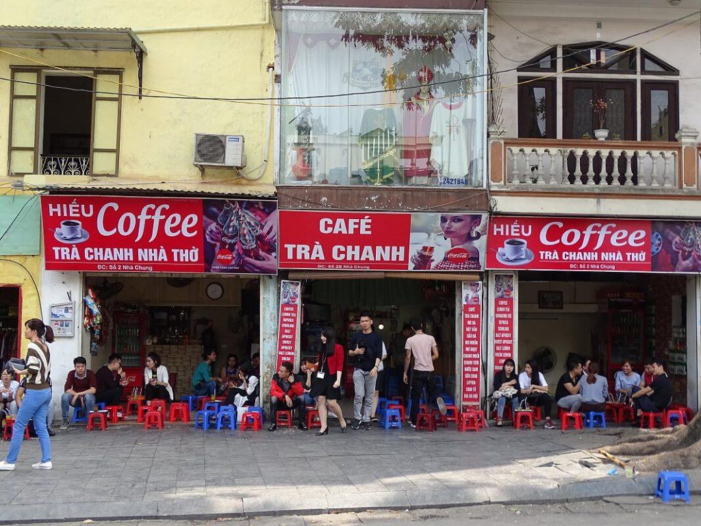 Restaurant in Hanoi mit Plastikstühlen