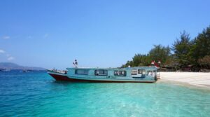 Vor Anker liegendes Boot vor Gili Trawangan