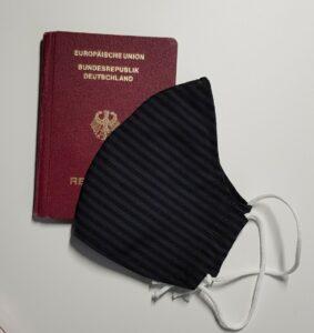 Maske und Reisepass