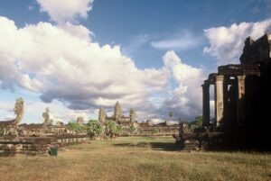 Feld mit Blick auf Angkor Wat (Copyright@ Tourism Cambodia)