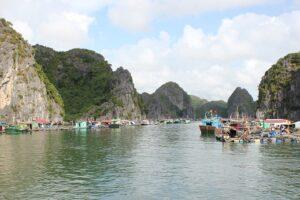 Schwimmendes Dorf in der Halong Bay